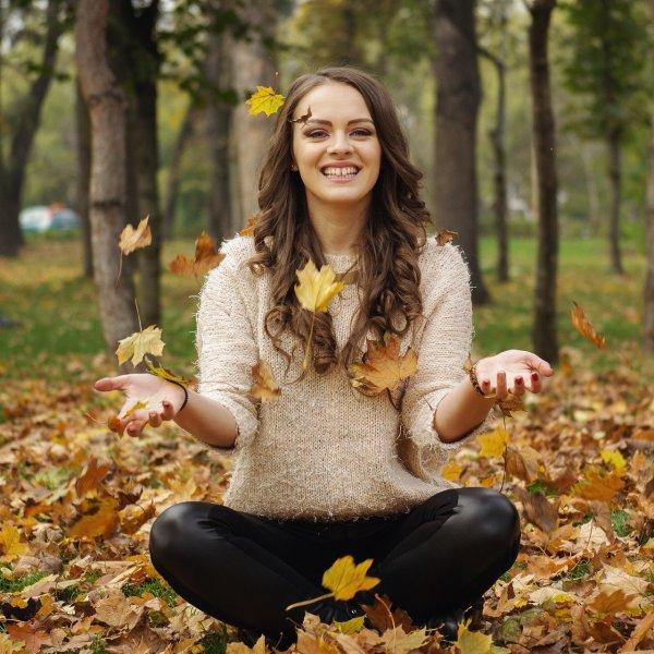 秋の恵みに感謝する女性
