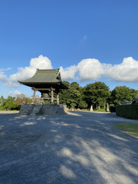 夏の朝とお寺の鐘