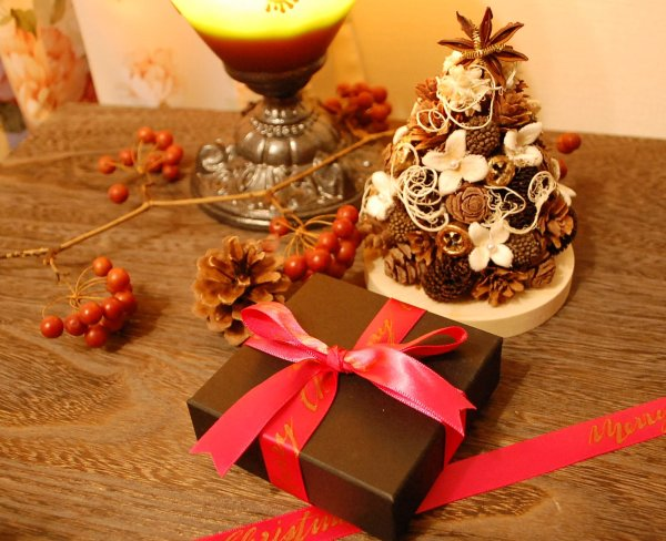 木の実のツリーとプレゼント