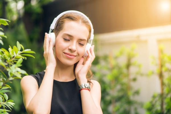 Audibleを聴いている女性のイメージ