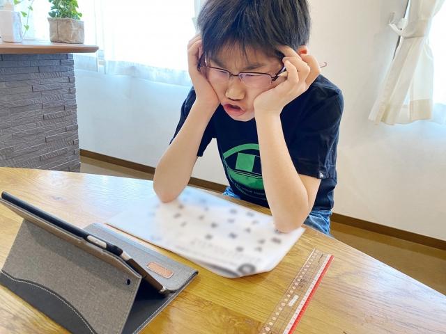 夏休みの宿題に困る少年